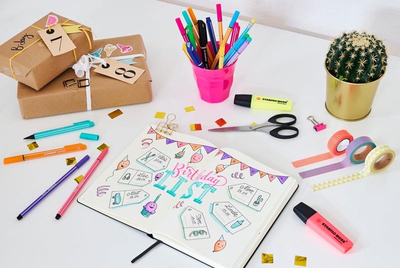 Zápisník Bullet Journal s psacími potřebami
