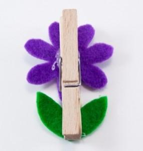 Přilepení květiny na kolíček