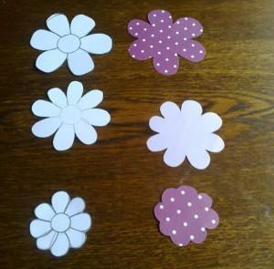 vystřižené květiny z papíru