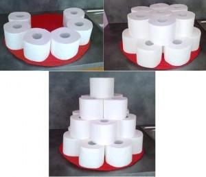 vystavění roliček z toaletního papíru do tvaru dortu