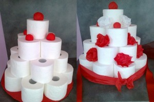 aranžování ozdob na dort z roliček toaletního papíru