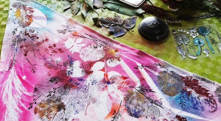 šátek s potiskem přírodnin, gelových razítek a textilními barvami