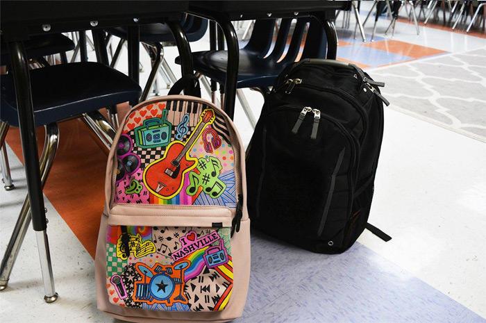 designový školní batoh pokreslený popisovači Sharpie