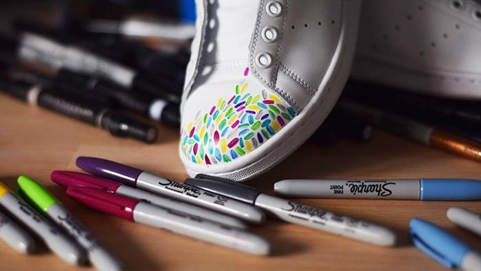 kožené boty pokreslené popisovači Sharpie