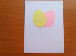 vystřižená vajíčka nalepená na papír