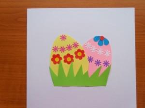 velikonoční vajíčka v trávě nalepená na papír