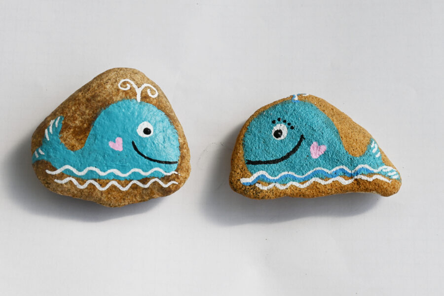 namalované zamilované velryby na kamínku