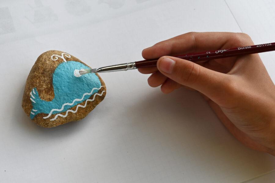 malování detailu na kamínek