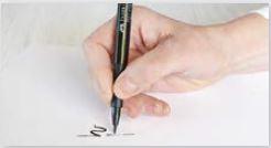 Svislý úchop popisovače při krasopisu